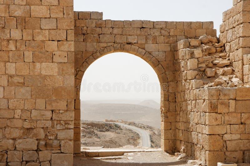 O arco e a parede de pedra antigos com deserto vêem o durin imagens de stock royalty free
