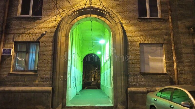 O arco e um túnel inundaram com a luz verde imagem de stock