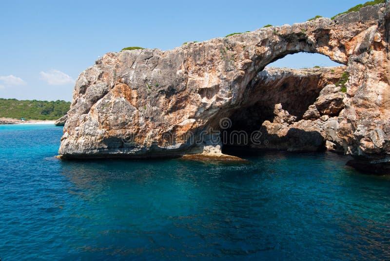 O arco rochoso natural em Cala Antena, Majorca imagens de stock