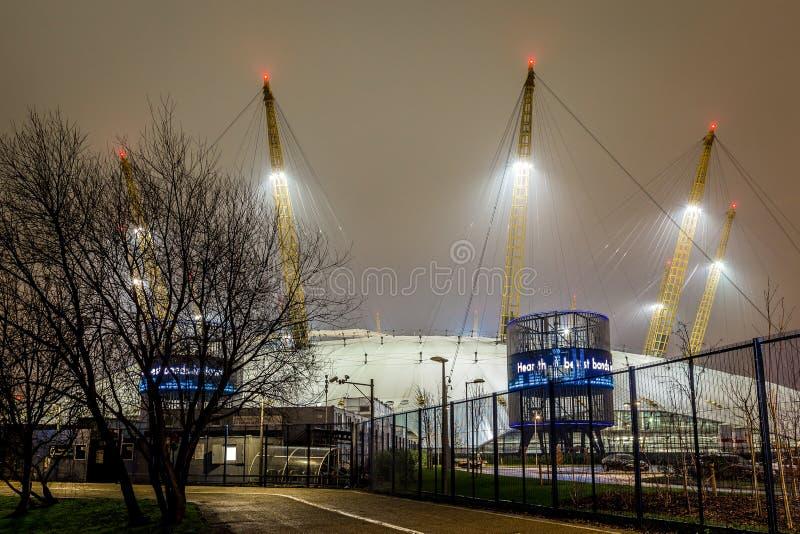 O2 arena na noite, Londres imagens de stock