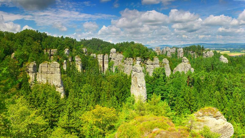 O arenito eleva-se na cidade da rocha de Hruboskalsko, reserva natural boêmia do paraíso, república checa foto de stock royalty free