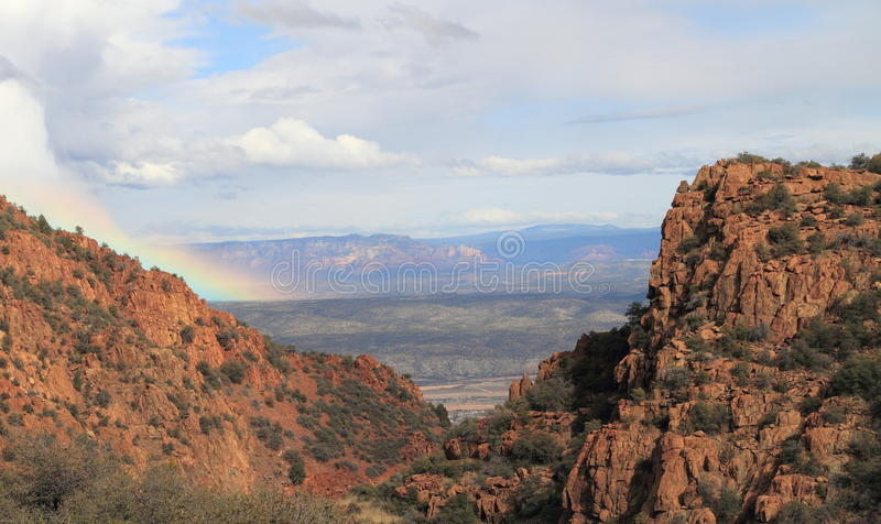 O Arizona/paisagem: Vista em Verde River Valley - com arco-íris fotografia de stock royalty free