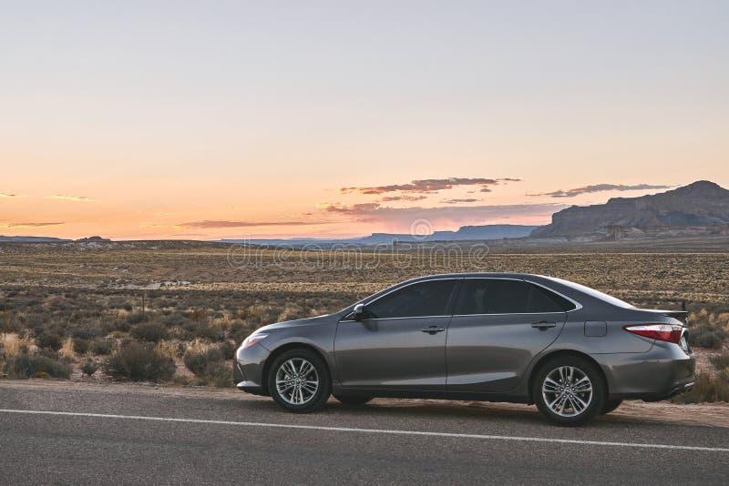 O Arizona, perto de Phoenix, EUA 31 de agosto de 2017: Viagem por estrada moderna pelo carro em um cenário do deserto, estrada 66 fotos de stock