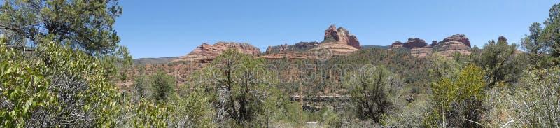 O Arizona, Sedona, opinião de A de várias formações de rocha vermelhas apenas ao norte de Sedona fotografia de stock