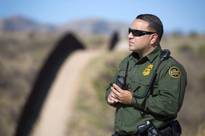 O Arizona - tucson - um controle da patrulha fronteiriça a cerca perto de Nogales fotografia de stock royalty free