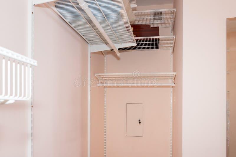 O armário de pessoas sem marcação vazio com prateleiras Elementos do interior do vestuario fotografia de stock royalty free
