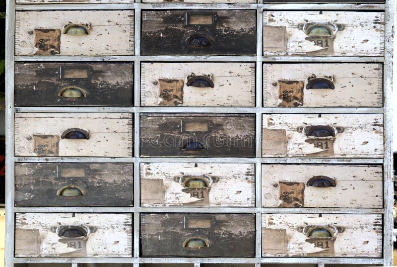 O armário velho com as gavetas na foge o mercado fotos de stock royalty free