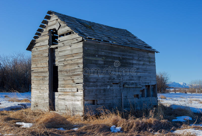 O armazenamento velho da exploração agrícola derramou perto da angra de Bragg, Alberta Ca fotografia de stock