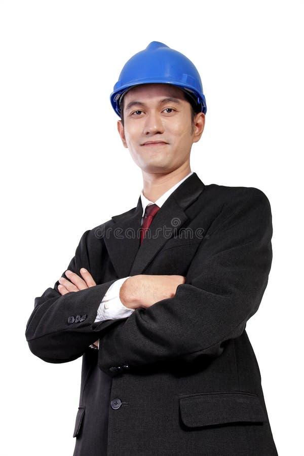 O arquiteto novo com braços cruzados levanta, isolado no branco imagem de stock royalty free
