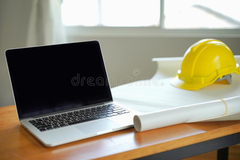 O arquiteto que trabalha no modelo, projeta inspective no local de trabalho, projeto arquitetónico, conceito da construção, proje imagens de stock