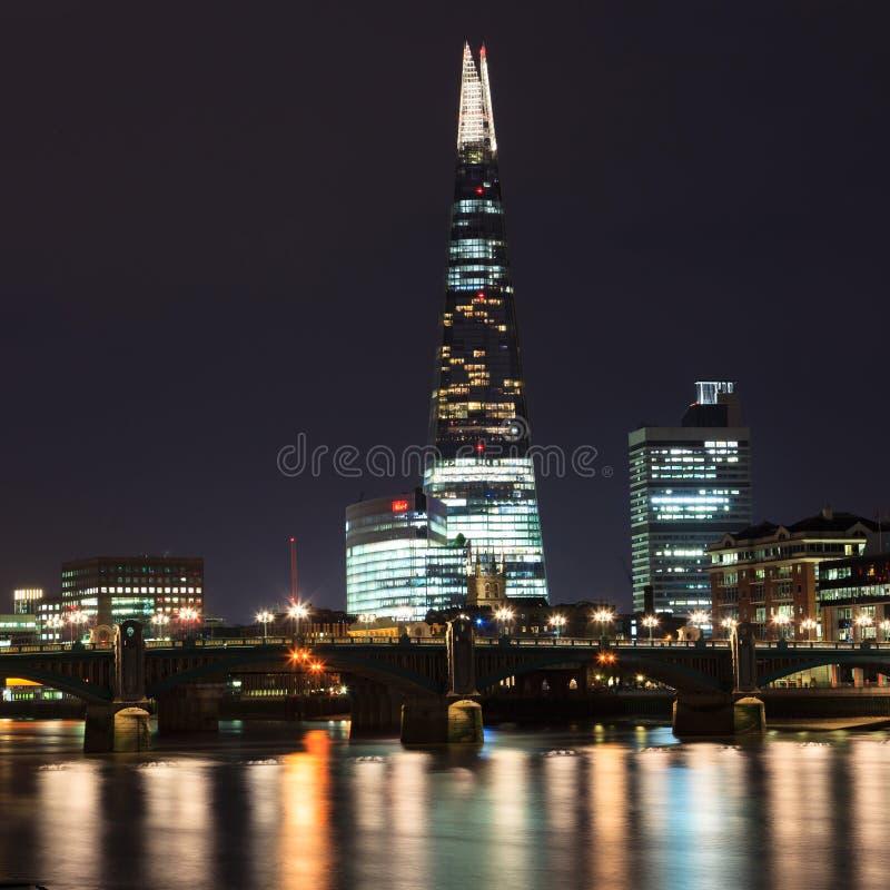 O arranha-céus e o Thames River do estilhaço no por do sol em Londres imagem de stock royalty free