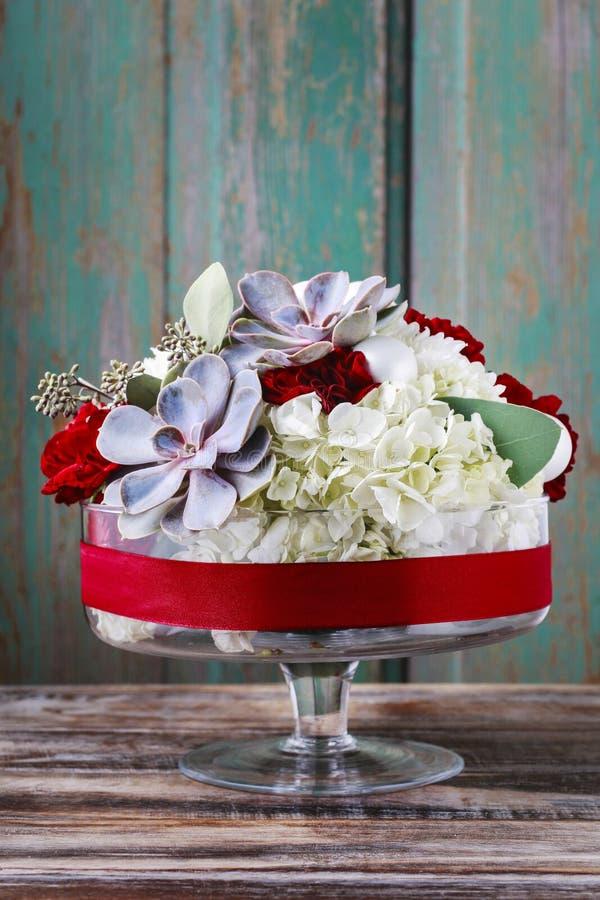 O arranjo floral com hortensia branco floresce, cravos vermelhos foto de stock royalty free