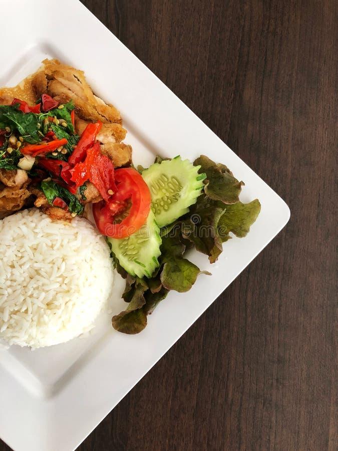 O arroz cobriu com galinha salteado e manjericão e vegetal imagem de stock royalty free