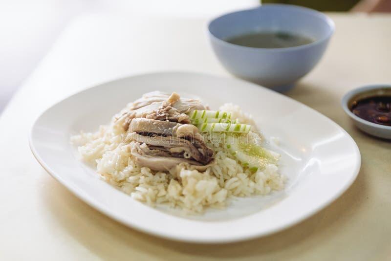 O arroz da galinha de Hainanese, gourmet tailandês cozinhou a galinha com o arroz servido com cortado do pepino e da sopa fotos de stock royalty free