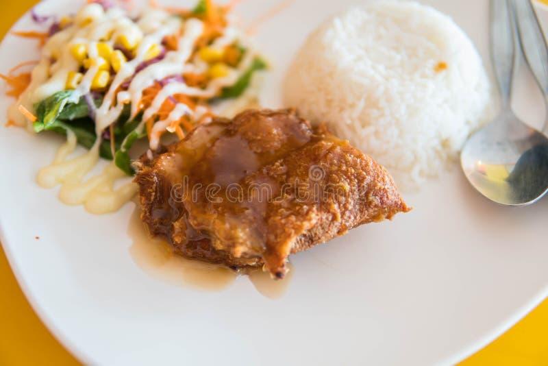 O arroz do jasmim coberto com salada picante da galinha friável misturou com o v imagens de stock royalty free