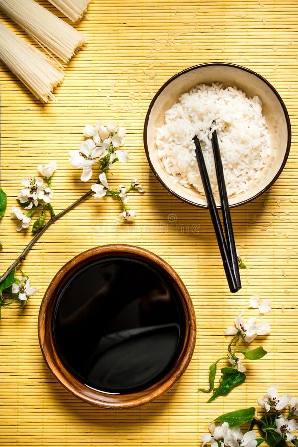 O arroz fervido com molho de soja e a cereja ramifica fotografia de stock royalty free