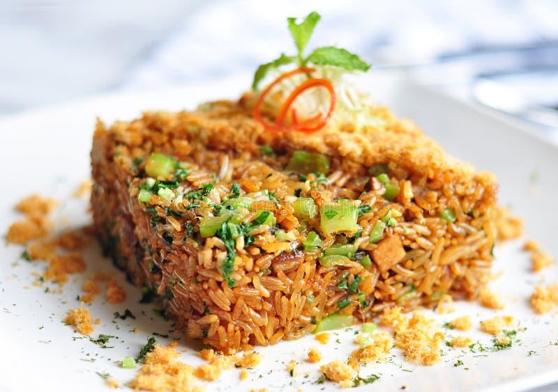 O arroz fritado com mostarda e carne de porco foto de stock
