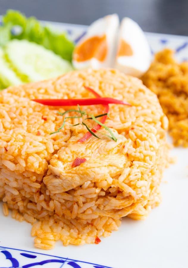 O arroz fritado com panang da galinha surra o alimento tailandês fotos de stock