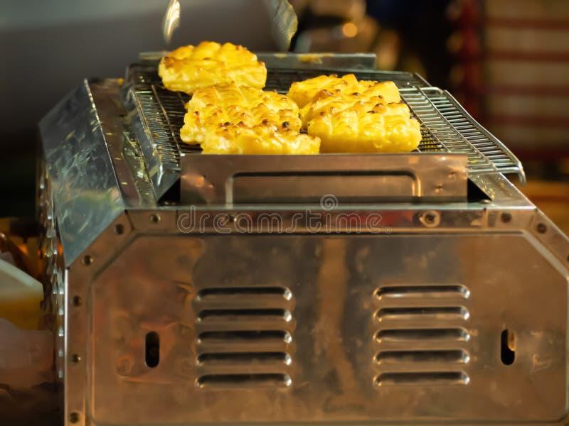 O arroz glutinoso grelhado ? um alimento tailand?s local fotografia de stock