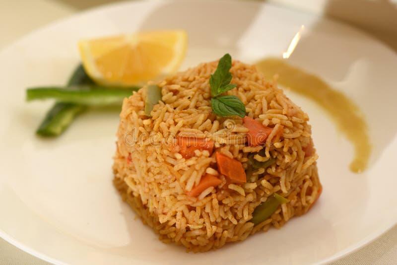 O arroz integral coocked com o limão na placa branca foto de stock