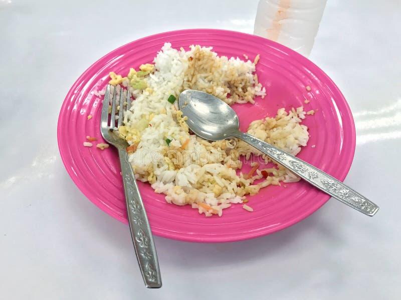O arroz restante em uma placa é escaninho do balde do lixo do alimento, seja alimento satisfeito foto de stock royalty free