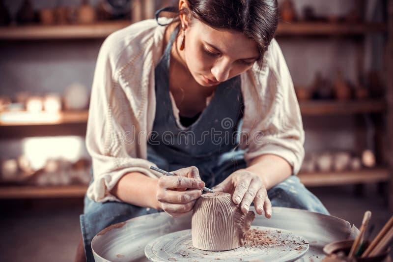 O artes?o bonito esculpe da argila Fazendo a cer?mica imagem de stock royalty free