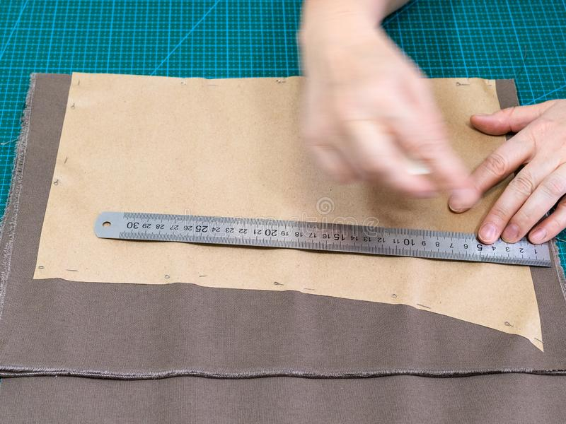 O artesão fixa o teste padrão de papel à tela fotos de stock royalty free