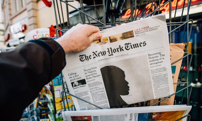 O artigo de New York Times e de Boko Haram na tampa foto de stock