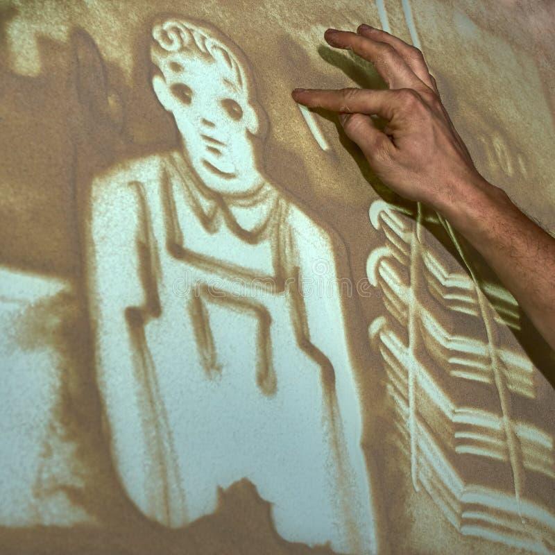 O artista pinta a areia foto de stock royalty free