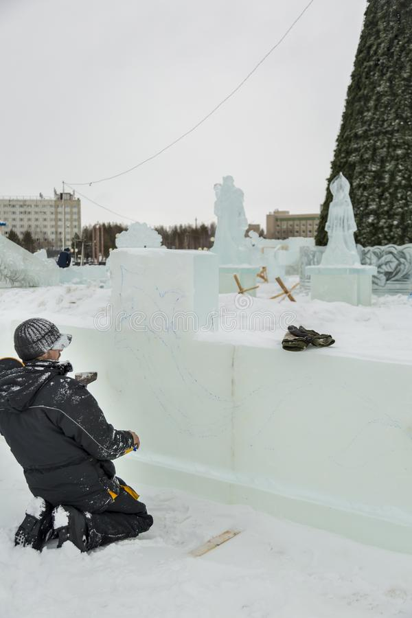 O artista tira no bloco de gelo fotos de stock