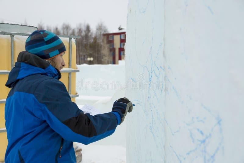 O artista tira no bloco de gelo fotografia de stock