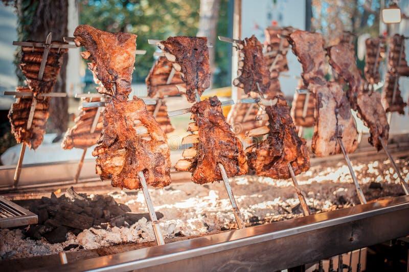 O asado argentino tradicional roasted a carne grelhada cordeiro imagem de stock