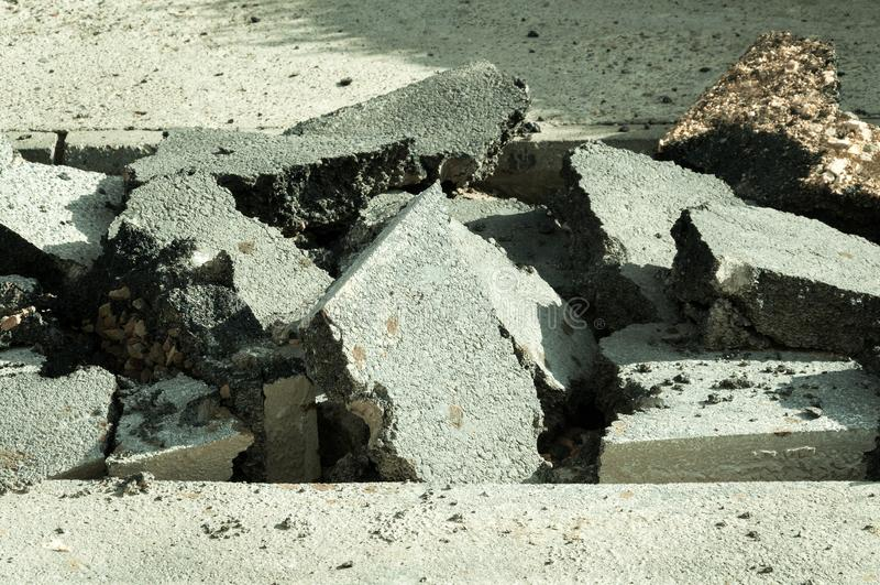 O asfalto rachado velho preparou-se para o close up da escavação e da substituição foto de stock royalty free