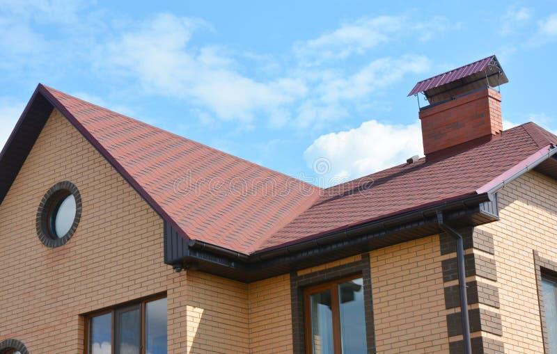 O asfalto shingles a construção do telhado da casa, reparo As áreas de problema para a casa asfaltam a construção de canto do tel fotografia de stock