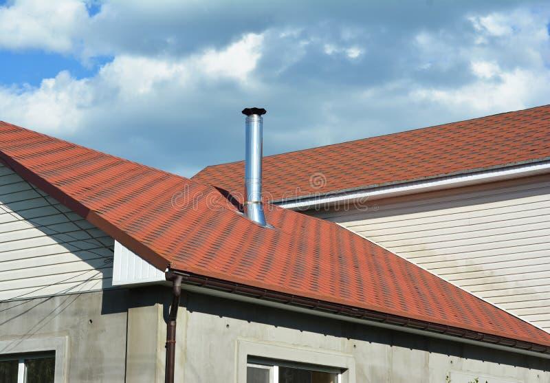 O asfalto shingles a construção do telhado, reparo As áreas de problema para a casa asfaltam Waterproofing de canto da construção imagem de stock