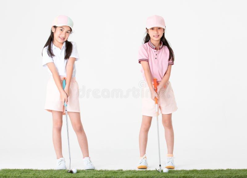 O asiático do irmão e da irmã no sportswear e em chapéus coloridos é hap foto de stock