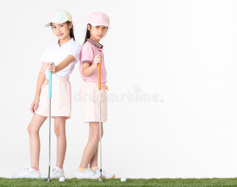 O asiático do irmão e da irmã no sportswear e em chapéus coloridos é hap fotos de stock royalty free