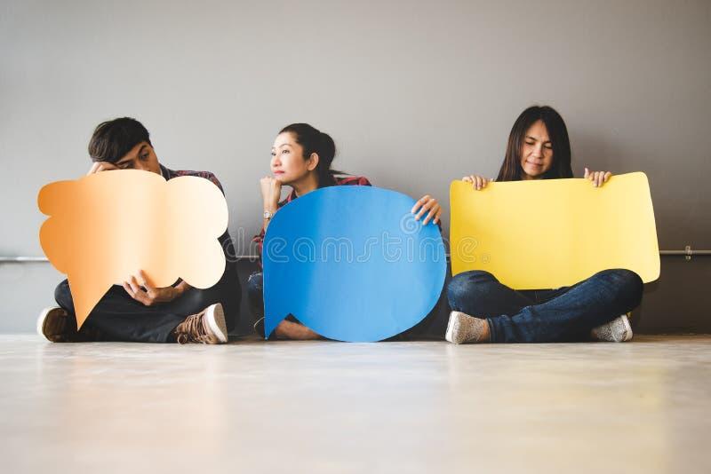 O asiático dos povos de povos novos e adultos examina o ícone do feedback da análise da avaliação fotografia de stock royalty free