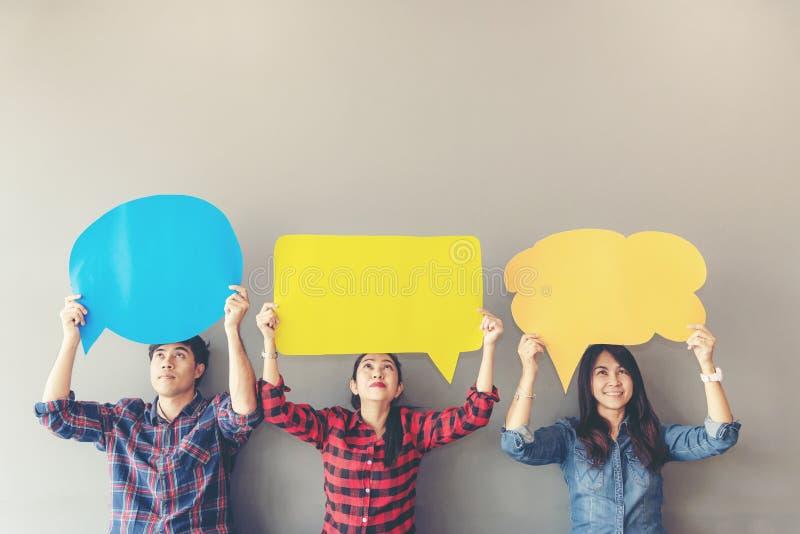 O asiático dos povos de povos novos e adultos examina o ícone do feedback da análise da avaliação imagem de stock royalty free