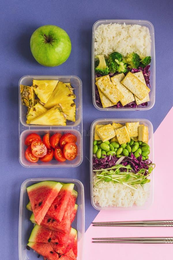 O asiático-estilo dois saudável planta-baseou as lancheiras knolled junto no fundo azul e cor-de-rosa imagem de stock royalty free