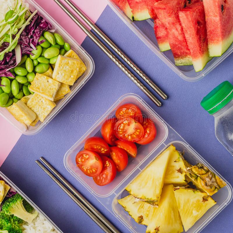 O asiático-estilo dois saudável planta-baseou as lancheiras knolled junto no fundo azul e cor-de-rosa imagens de stock