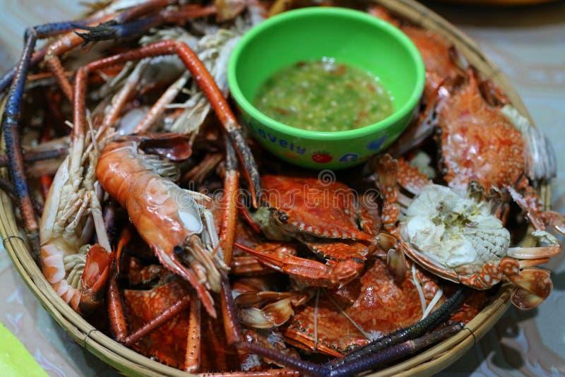 o Asiático-estilo grelhou o alimento, pratos do marisco, camarões e queimou os caranguejos, coloridos para comer, prontos para  imagens de stock