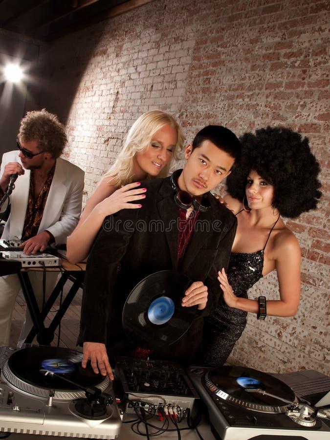 O Asian considerável DJ em uma música do disco dos anos 70 Party imagem de stock royalty free