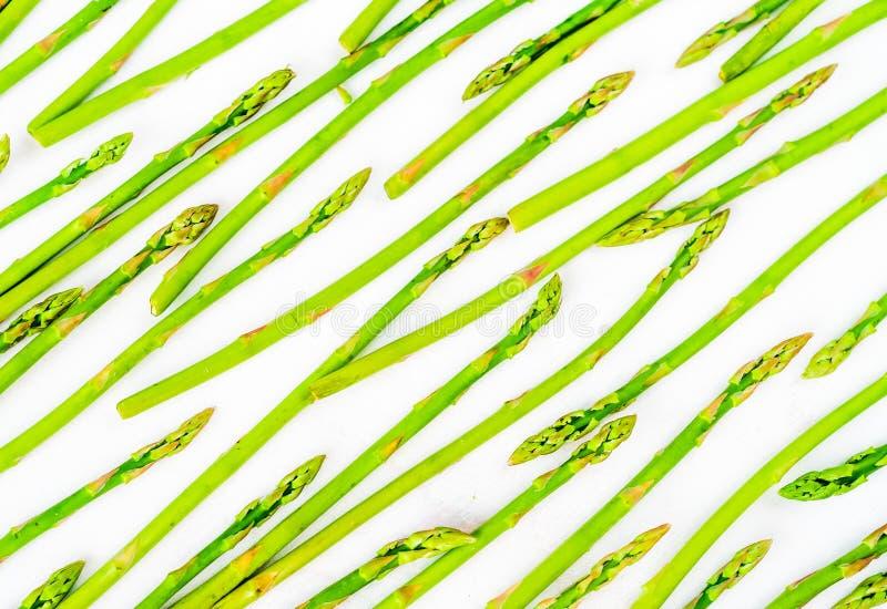 O aspargo verde fresco dispara no teste padrão, vista superior Isolado sobre o branco Teste padrão da configuração do plano do as fotografia de stock