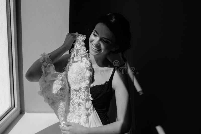 Download O Assento Da Noiva Guarda O Vestido De Casamento Foto de Stock - Imagem de fêmea, felicidade: 65577290