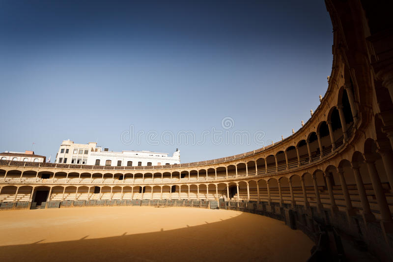O assento Sunlit cerca o anel vazio do bullfight imagens de stock royalty free