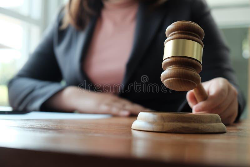 O assessor legal apresenta ao cliente um contrato assinado com martelo e lei legal lei de justi?a e do advogado de conceitos do c fotos de stock royalty free