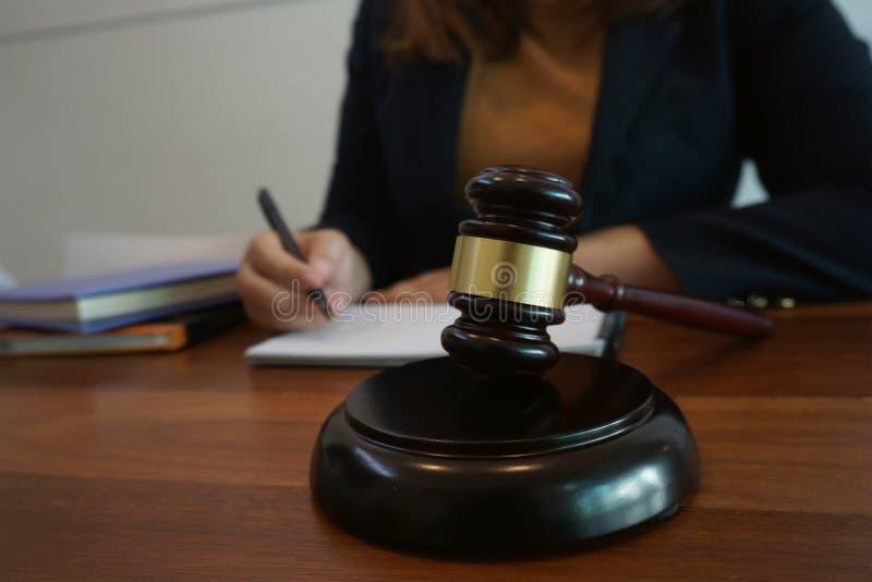 O assessor legal apresenta ao cliente um contrato assinado com martelo e lei legal lei de justi?a e do advogado de conceitos do c fotografia de stock royalty free