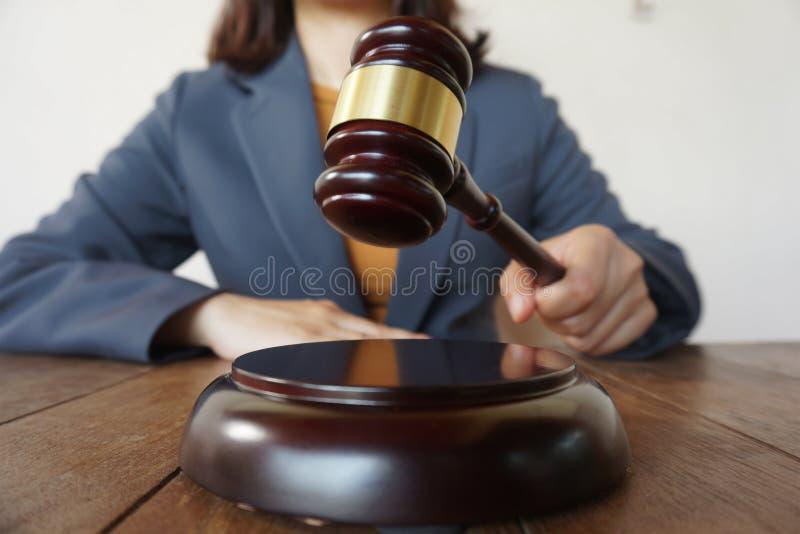 O assessor legal apresenta ao cliente um contrato assinado com martelo e lei legal lei de justi?a e do advogado de conceitos do c imagem de stock