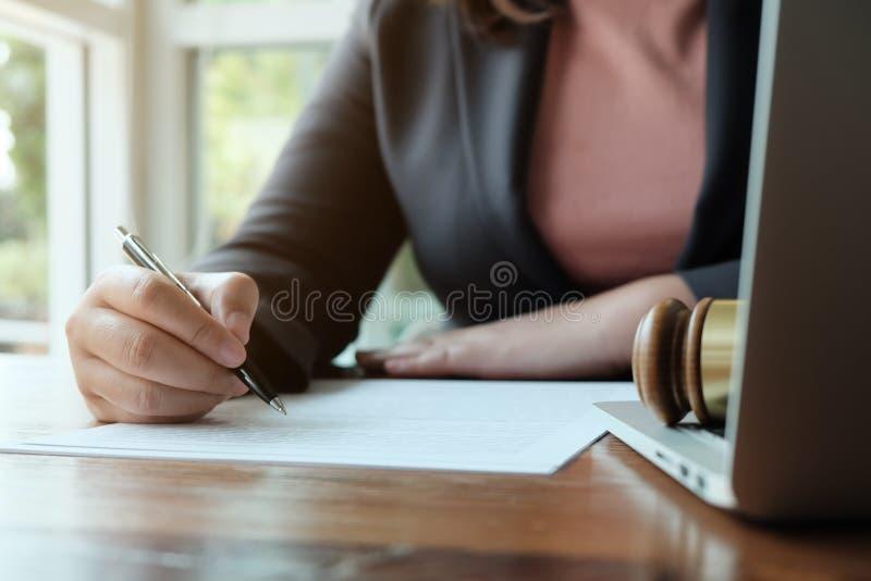 O assessor legal apresenta ao cliente um contrato assinado com martelo e lei legal lei de justi?a e do advogado de conceitos do c imagens de stock royalty free